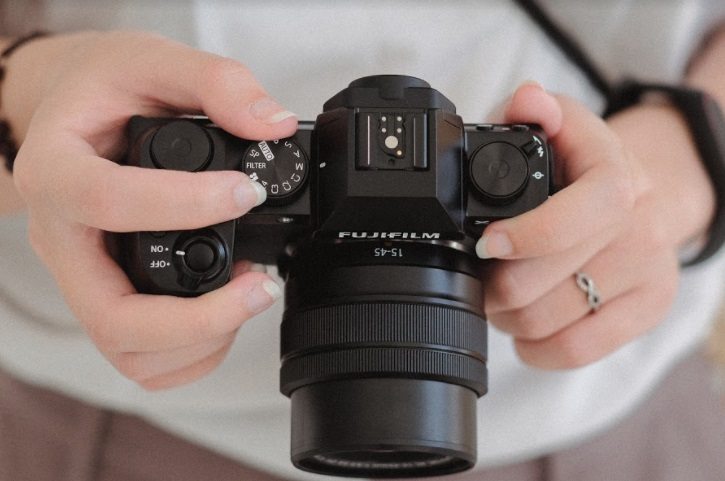 The new Fujifilm X-S10 offers class-leading features of a mirrorless digital camera with 30fps blackout-free shooting, 4K30p video and 240 fps HD in a small and ultra-portable body